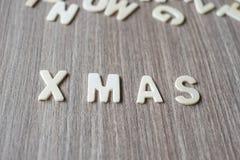 X-MAS-ord av träalfabetbokstäver Glad jul och lyckligt nytt år arkivbilder