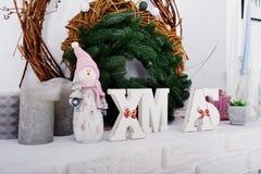 X-Mas uttrycker dekoren med kransen Lyckligt begrepp för vinterferier Royaltyfri Bild