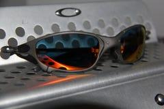 X-metallo Juliet di Oakley con le lenti vermiglie Fotografie Stock Libere da Diritti