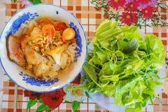 & x28;Mi Quang& x29;面条用肉、菜、鱼、鸡和香料 免版税库存图片