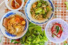 & x28; Mi Quang& x29; noedel met vlees, groente, vissen, kip en kruiden Stock Foto's