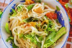 & x28; Mi Quang& x29; noedel met vlees, groente, vissen, kip en kruiden Stock Afbeelding