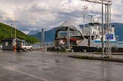 4X4 monte à bord d'un ferry de Nowegian en cercle arctique Image libre de droits