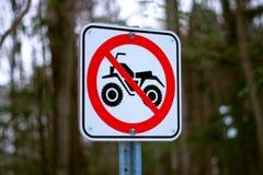4x4 n'a interdit aucun quadruple dans le signe de chemin forestier de traînée Photos libres de droits