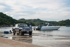 4x4 och fartyg på stranden Royaltyfri Bild