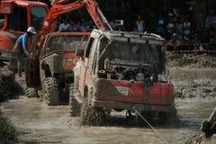 4x4Offroad车的4wd车驾驶上升在水外面和 免版税库存图片