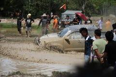 4x4Offroad samochód - 4wd pojazd jest jechać ciężki z wody i Obrazy Stock