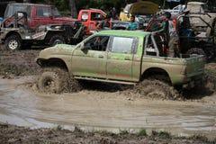 4x4Offroad samochód - 4wd pojazd jest jechać ciężki z wody i Zdjęcia Royalty Free