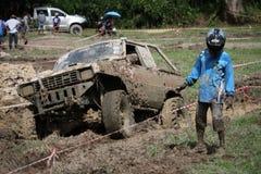 4x4Offroad samochód - 4wd pojazd jest jechać ciężki z wody i Obrazy Royalty Free