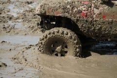 4x4Offroad samochód - 4wd pojazd jest jechać ciężki z wody i Zdjęcie Stock