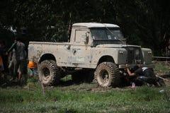 4x4Offroad samochód - 4wd pojazd jest jechać ciężki z wody i Zdjęcie Royalty Free