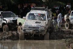 4x4Offroad samochód - 4wd pojazd jest jechać ciężki z wody i Obraz Stock