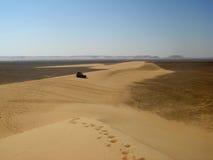 4x4 op zandbank in woestijn Stock Fotografie