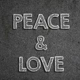 & x22; Pace & love& x22; scritto su una lavagna fotografie stock libere da diritti