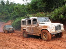 4X4 passant une route boueuse Image stock