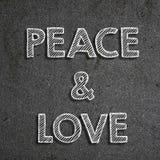 & x22; Paz & love& x22; escrito em um quadro fotos de stock royalty free