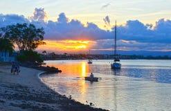 3000x1943pix-zonsondergang-in-de-baai-boot-strand Stock Afbeeldingen