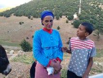 &#x28 pobre; menos fortunate) familia en Marruecos septentrional imagenes de archivo