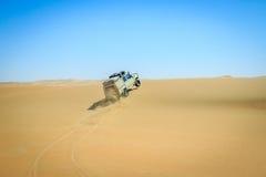 4x4 que conduz no deserto namibiano Imagem de Stock