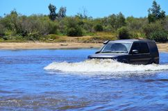 4x4 que cruza um rio em África Foto de Stock Royalty Free