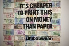 it& x27; s便宜打印此在金钱比纸津巴布韦美元钞票 大英博物馆伦敦2017年12月 库存照片