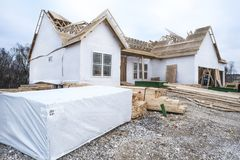 2x4 s ` i tarcica brogująca przed nową domową budową Zdjęcia Stock