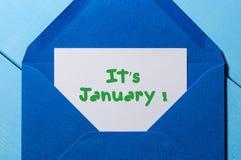 It& x27 ; s janvier - inscription sur la lettre à l'enveloppe bleue Photos libres de droits