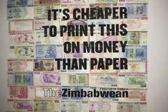 it& x27; s som är mer billig att skriva ut detta på pengar än sedlar för pappersZimbabwe dollar British Museum London December 20 Arkivfoto