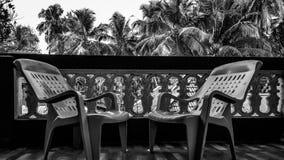 It& x27; s-tid att koppla av stolar som hålls i husbalkong arkivbild