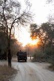 4x4 safarivoertuig op een het spelaandrijving van de ochtendzonsopgang royalty-vrije stock foto
