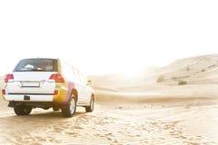 4x4 se dirigeant au Sun dans le désert prêt à aller Photographie stock libre de droits