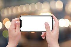 X slimme telefoon in de horizontale vrouw van de positieholding Het geïsoleerde witte lege scherm voor model Royalty-vrije Stock Afbeelding