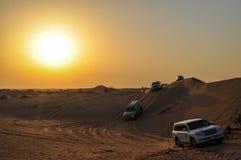 4x4 som kör i öknen av Dubai i solnedgången arkivbild