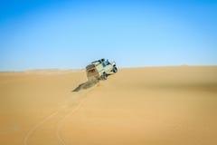 4x4 som kör i den namibiska öknen Royaltyfri Bild