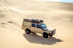 4x4 som kör i den namibiska öknen Arkivbild