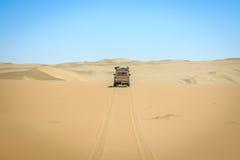 4x4 som kör i den namibiska öknen Fotografering för Bildbyråer
