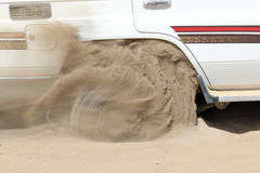4x4 som klibbas i sand, Etiopien, afrikansk öken Arkivfoton