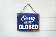 & x22;Sorry We& x27;re Closed& x22; Sign plate. Text sorry we& x27;re closed on rusty metal plate Stock Image