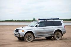 4x4 SUV auf einer sandigen Bank von einem Fluss Stockbild