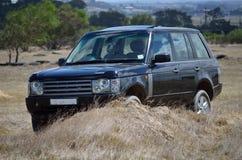 4x4 SUV dehors dans le buisson photographie stock