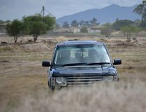 4x4 SUV dehors dans le buisson photo libre de droits