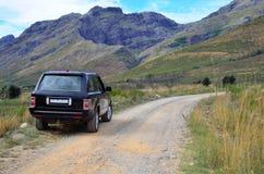 4x4 SUV dehors dans le buisson photographie stock libre de droits