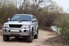 4x4 SUV em uma estrada perto de uma lagoa Imagem de Stock
