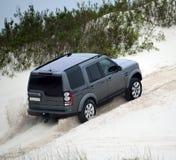 4x4 SUV en sable blanc image stock