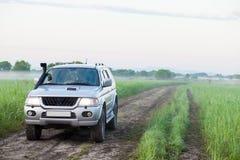 4x4 SUV mit Schnorchel auf einem Gebiet Stockbilder