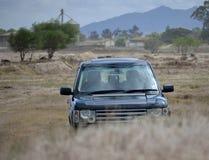 4x4 SUV outdoors w krzaku Zdjęcie Royalty Free