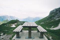 It& x27; tempo di s per pranzo nelle montagne! Immagini Stock Libere da Diritti