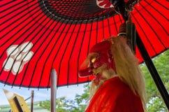 & x22; Tengu& x22; czerwonej twarzy demon przy Japońską świątynią kyoto Obrazy Royalty Free