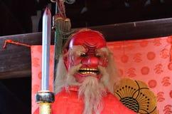 & x22; Tengu& x22; demon för röd framsida på den japanska relikskrin kyoto arkivfoton