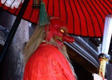 & x22; Tengu& x22; demon för röd framsida på den japanska relikskrin kyoto royaltyfri bild